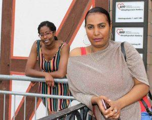 Fühlen sich in der Altenpflege wohl: Eliana Coelho Semendo (links) ist bereits Altenpflegerin und Fanos Andom ist im letzten Ausbildungsjahr. Die Kooperation von Starthilfe und Altenpflegeschule ermöglicht den Frauen den beruflichen Erfolg. Fotos: Christine Thiery