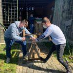 9. Auf diesem Bild sieht man, wie wir Holzstücke für die Befüllung des Insektenhotels zurecht schneiden.